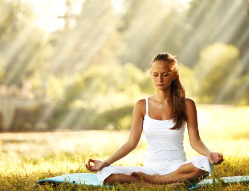 Yoga-Übungen – Die Knie-Brust-Kinn-Übung